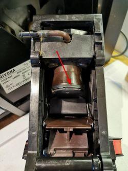 Ekspres do kawy NIVONA 667 - Zbierają się resztki kawy/fusy z boku modułu zaparz