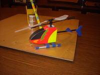 Latający helikopter na uwięzi.