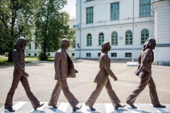 The Beatles Polska: Pomnik wzrorowany okładką Abbey Road pojawił w Rosji