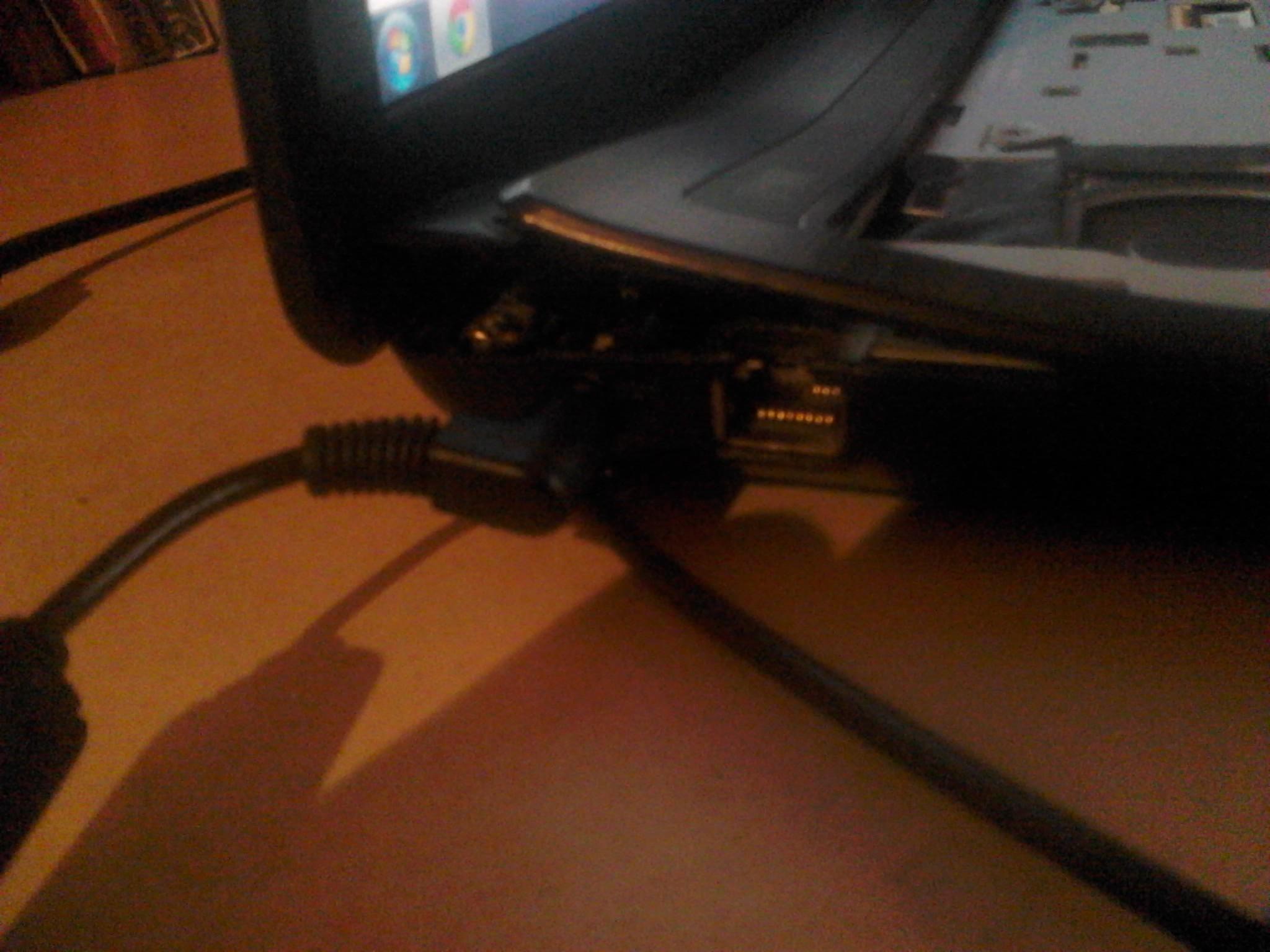 Asus x53u  - Zawias odgina g�rn� pokrywe laptopa przy otwieraniu.
