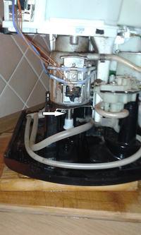 Krups ea8005 cieknie przez obudowe zamiast robić kawe