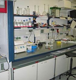 Naukowcy z UW pracują nad bezpiecznymi ogniwami wodorowymi.