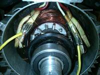 Podłączenie kabli pokrywy silnika.