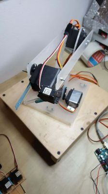 DUM-E - a simple robot arm based on the Arduino Uno