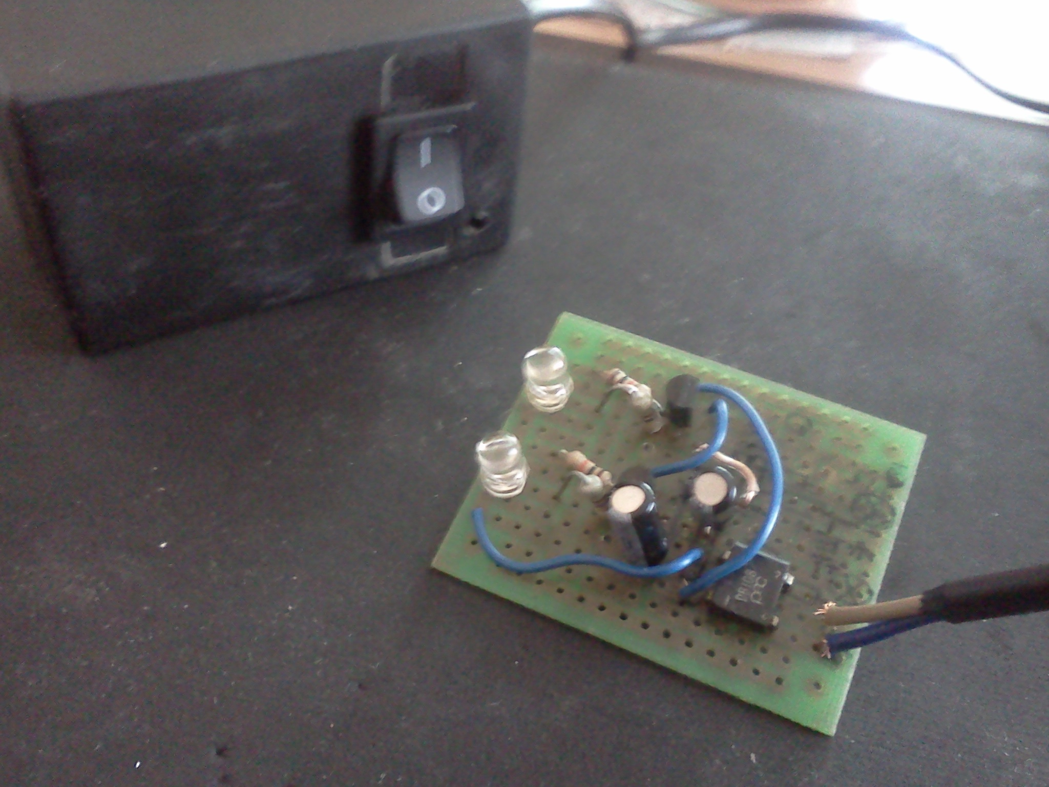 Pierwszy projekt - multiwibrator astabilny z zasilaczem za 0z�