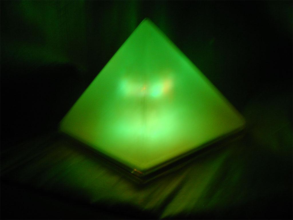 Lampka RGB w kszta�cie piramidy na mikrokontrolerze PIC.