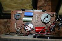 Kondensatory w zwrotnicy i prawdopodobnie niegrający głośnik.