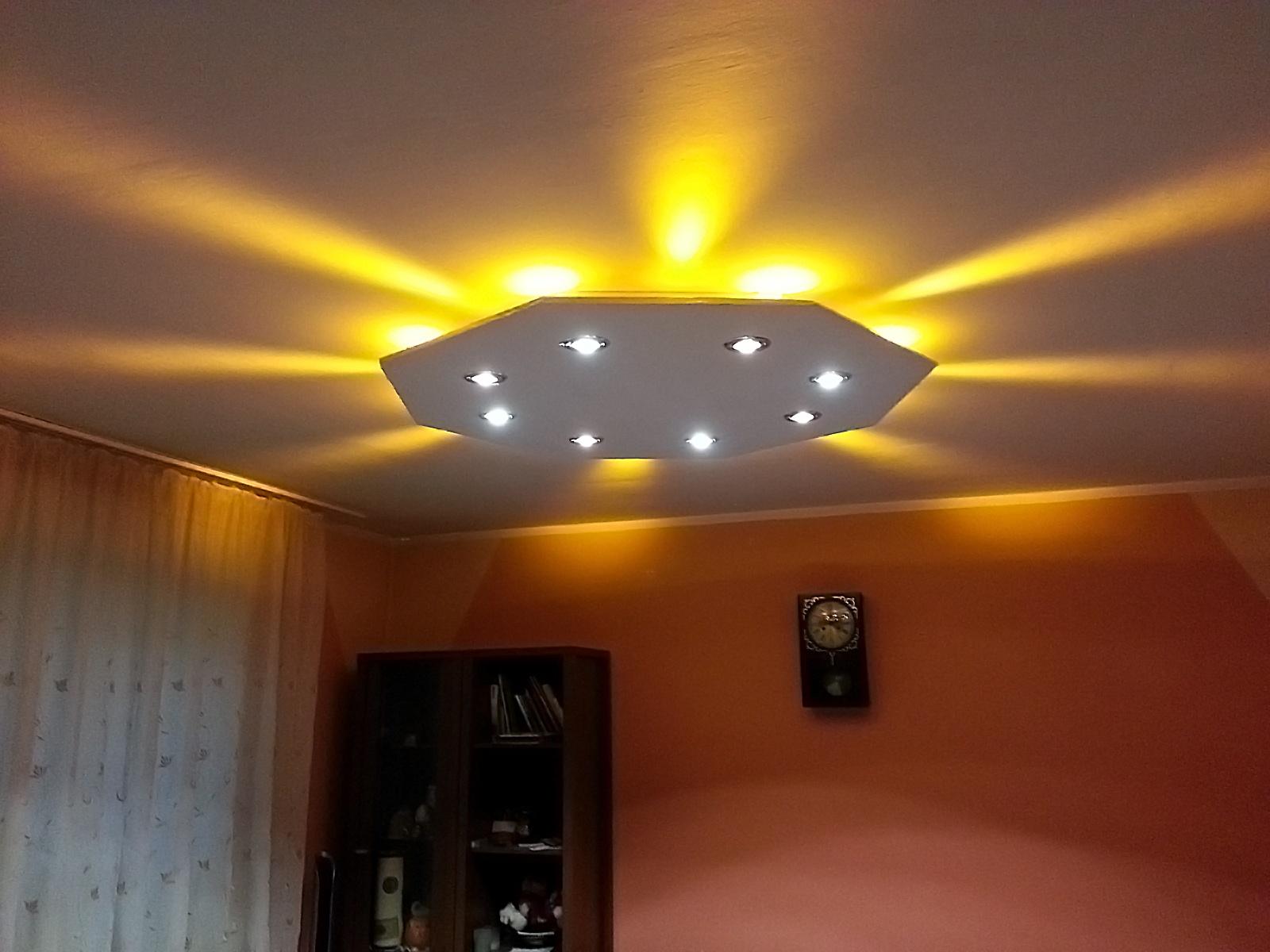O�wietlenie LED w salonie.
