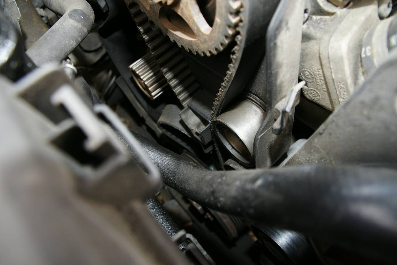 Engine: D5244: - Timing belt tensioner has been pulled out