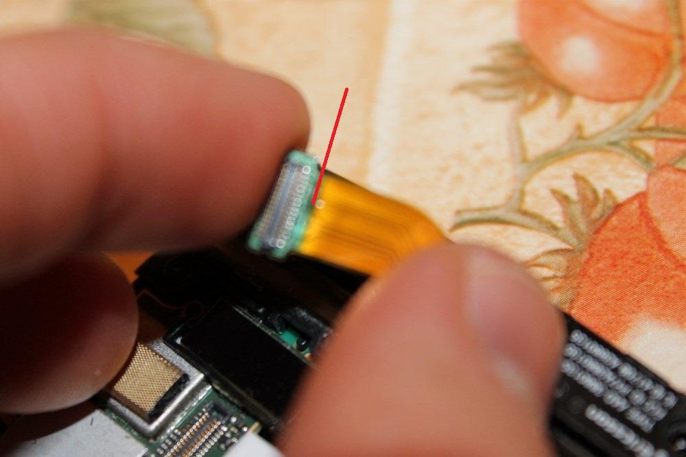 Xperia P - Przerwana tasiemka LCD przy wymianie baterii :///