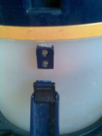 Gisowatt GSW 19 Premium - Wyłamana klamra mocowania zbiornika.