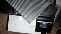 HP cm1415fn - Poziome czarne pasy na wydruku.