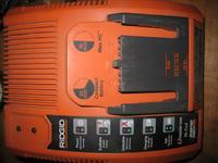�adowarka baterii RIDGID nie �aduje do prawid�owego napi�cia.