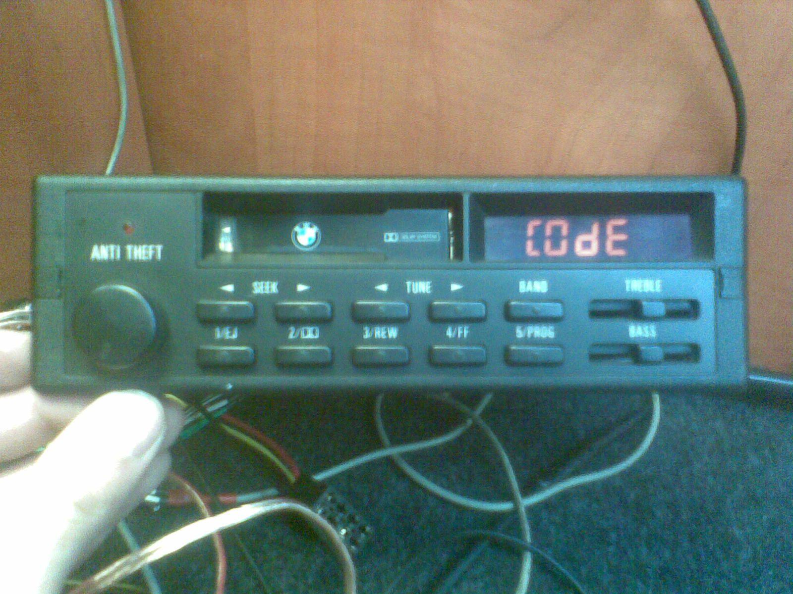 Identyfikacja modelu fabrycznie montowanego radia BMW oraz kod do niego