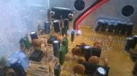 Subwoofer buczy po podłączeniu do prądu.