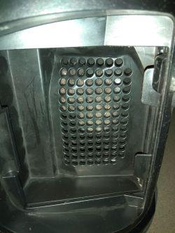 Odkurzacz Samsung SW17H9090H - Czyszczenie kratki przed filtrem wylotowym