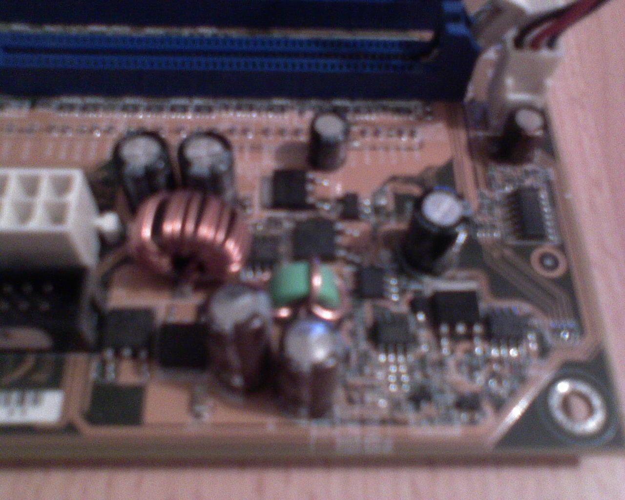 Asus A7N8X Deluxe - Uszkadzanie kondensator�w przy gnie�dzie zasilania.