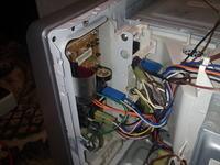 Mikrofalówka Samsung GW 73E - Pali bezpiecznik przy otwieraniu drzwiczek.