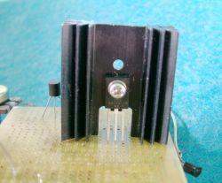 Cztery przykłady ograniczeń prądu w tranzystorze pnp sterowanym przez npn