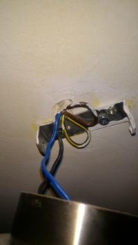 Wentylator elektryczny w łazience z ograniczonym dostępem do zasilania