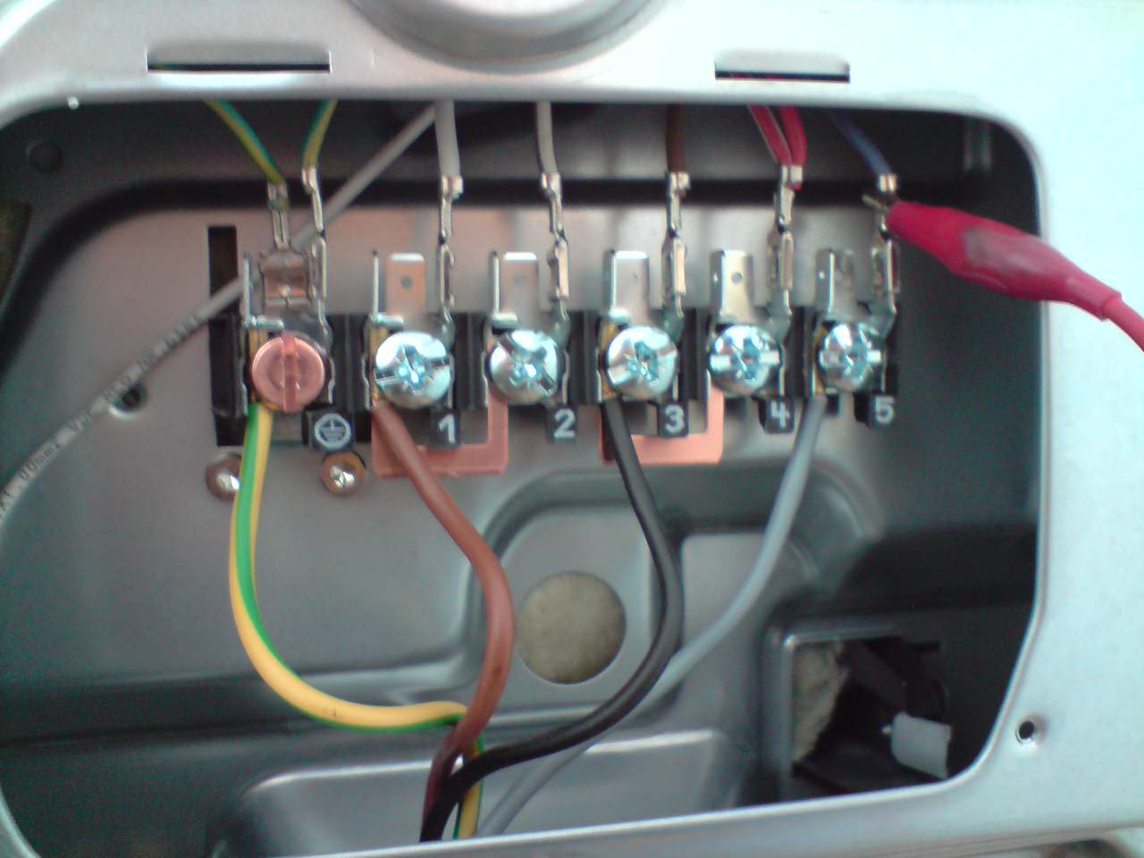 Kuchenka elektryczna i spos�b mocowania przewodu