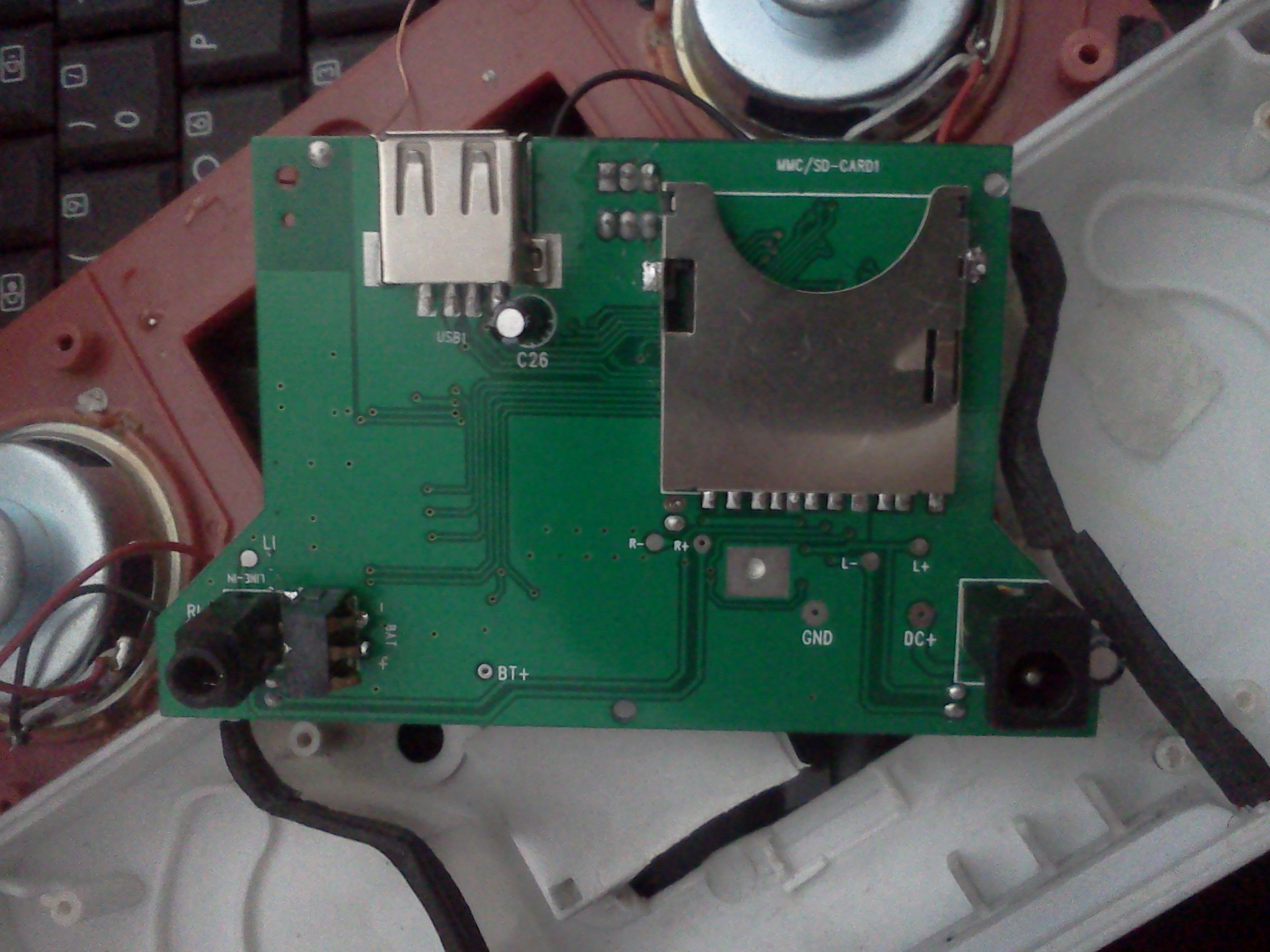 Problem z g�o�nikami przeno�nymi maj� wbudowany odbiornik FM i USB