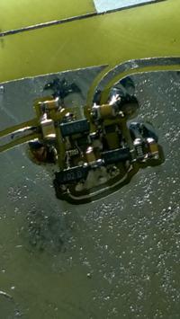 Załączanie zasilania tranzystorem P-MOS, układ kontroli napięcia akumulatora