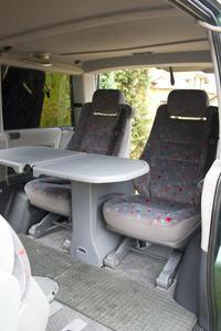 Stolik rozk�adany na boki jak w V-klasie - jakie auta maj� na wyposa�eniu?