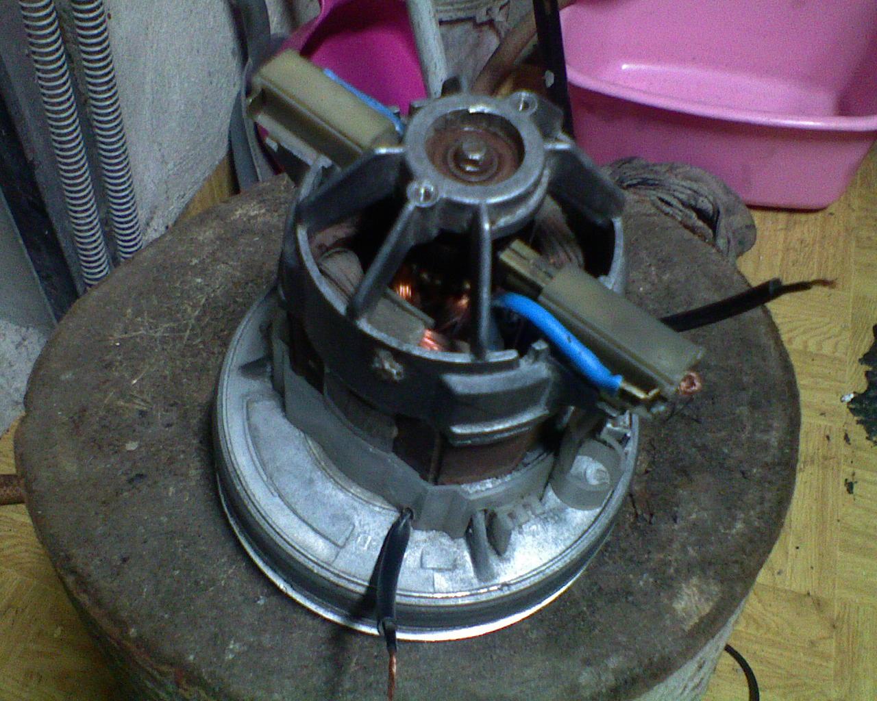 Silnik od odkurzacza, wywala kabel zasilaj�cy z kostki, a kork�w nie :)