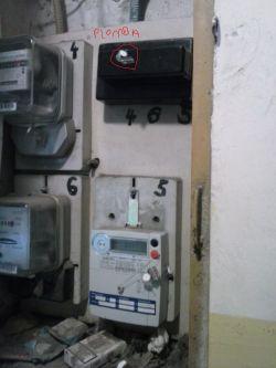 Zerwanie plomby z bezpiecznika prądu.