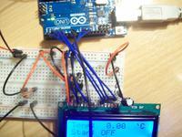 Przekaźnik resetuje znaki na wyświetlaczu LCD