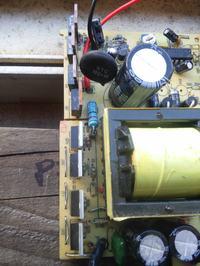 Przetwornica 12V/220V. Brak sterowania tranzystorów z SG525.