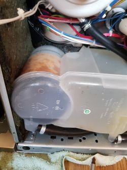 Whirlpool ADP 550 IX - Wylewa wodę spod drzwi