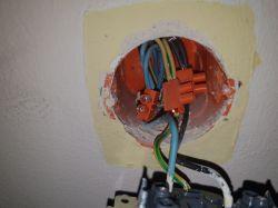 Dziwne podłączenie w gniazdku (dwa kable/kostka/jeden kabel)