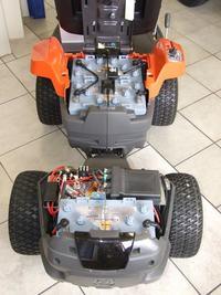 Traktorek ogrodowy akumulatorowy (kosiarka).