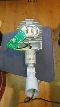 Zewnętrzna lampa LED, miga, pulsuje.