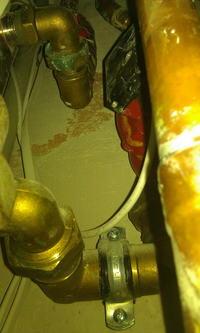 piec gazowy grzeje wode w kominku