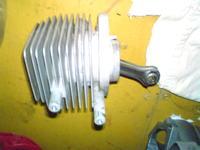 Kosa spalinowa MTD 790 ga�nie na jalowych obrotach.
