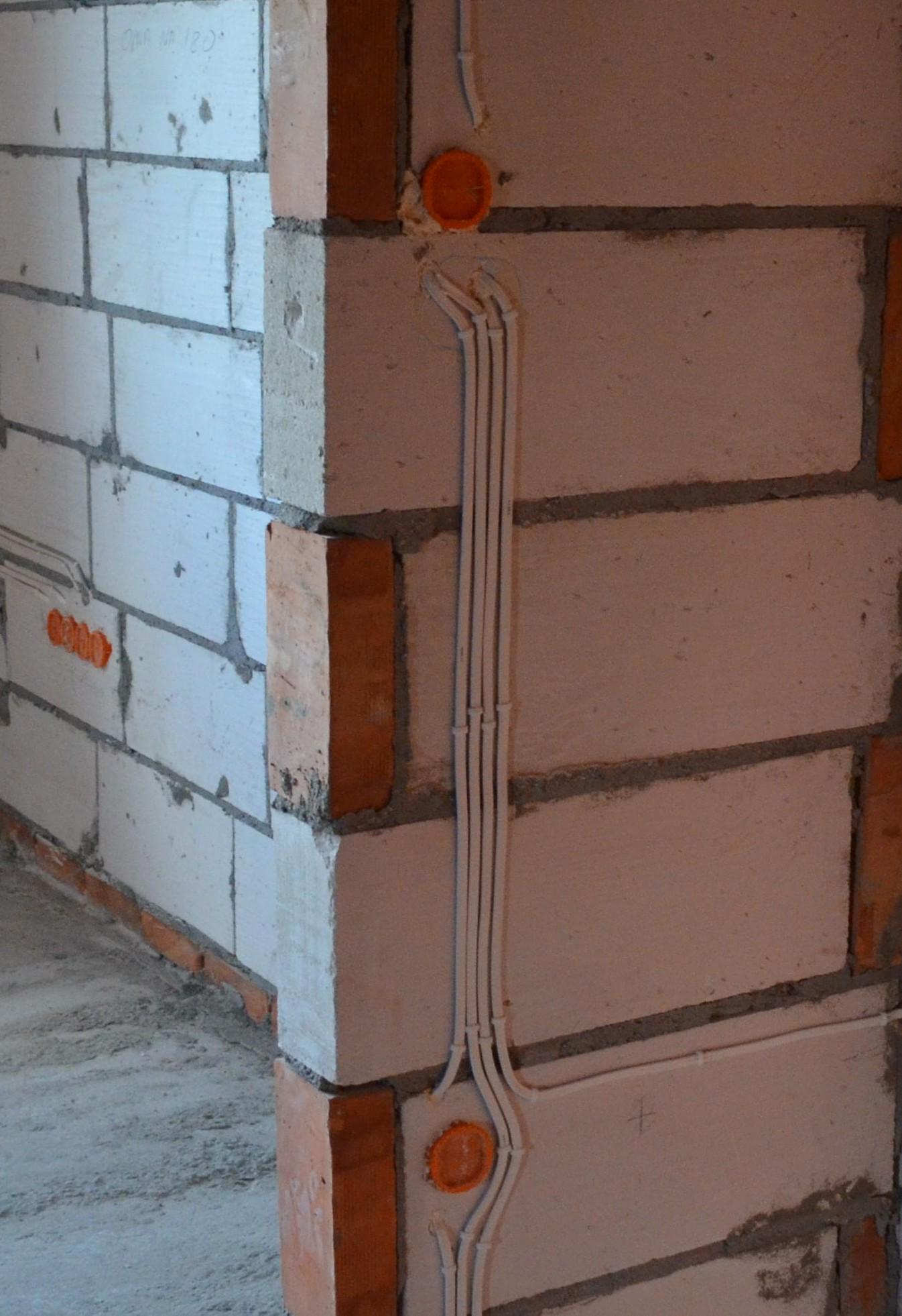 mocowanie przewodow elektrycznych  sciany  betonu